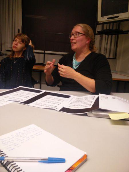 Anna förklarar ivrigt varför det är bra att variera tempot när man övar! Bild: Oona Haapamäki